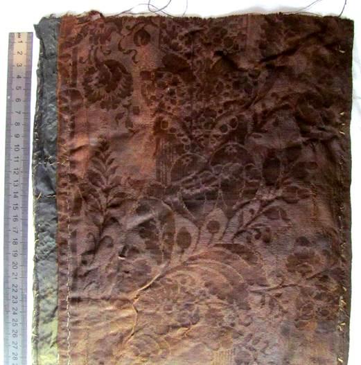2fbe6f8fb4d9 Полосы ткани были вырезаны вдоль ткацкого куска. С одной стороны фрагментов  сохранилась кромка.